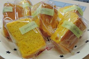 差し入れの焼き菓子(全3種類)のひとつ、かぼちゃのシフォンケーキ