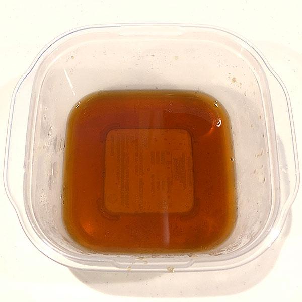 保存容器に黒酢、砂糖、醤油を入れて、電子レンジ600wで1分半加熱する。