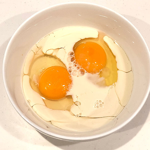 卵に豆乳を加えてよく溶いておく。