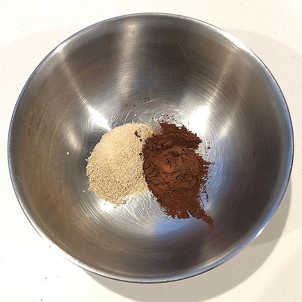 ココアと砂糖を混ぜておく。