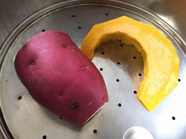 1.かぼちゃとさつまいもを蒸し器で柔らかく蒸す。