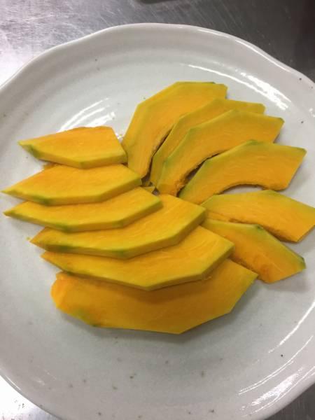 2.ラップをかけて、700wレンジで2分~加熱する。熱いうちにレモンなどの果汁を振りかける。