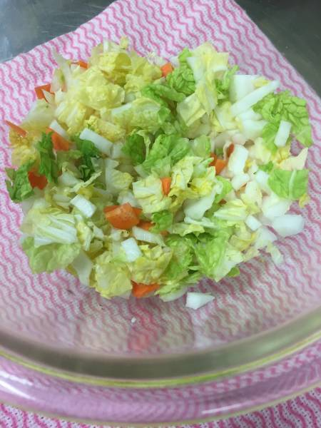 1.白菜は軸と葉を切り離し、軸は7~8㎜角・葉はそれより大きめに切る。人参はうすく切る。耐熱容器に入れてラップし、700wレンジで3分加熱する。