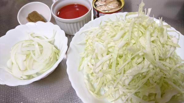 1.キャベツはざく切り、玉ねぎは薄切りにする。