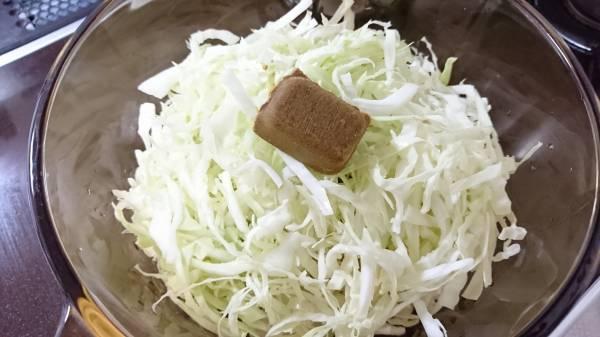 2.鍋に、鮭缶(汁ごと)→玉ねぎ→キャベツ→水の順に入れ、その上にカレールウをのせて火にかける。