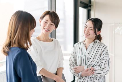オフィスで談笑する女性