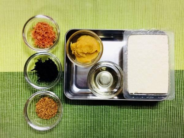1.木綿豆腐はキッチンペーパーで包んで軽く水切りし、乾燥わかめは汚れを落とす程度に軽く水洗いしておく。(水につけて戻さない)